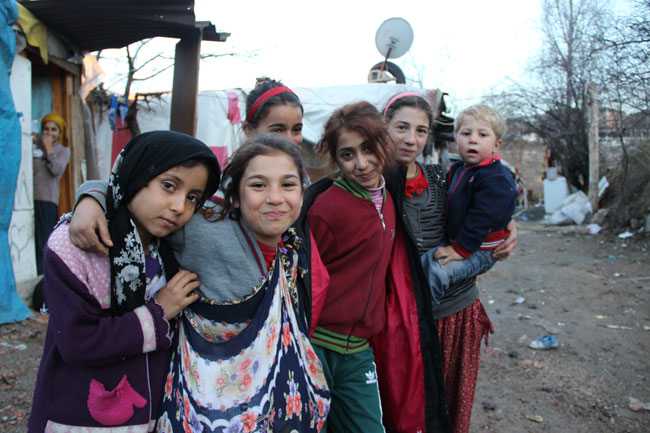 Cumana (left) lives with her family in an abandoned shack in Ankara. ©UNICEF/Turkey-2014/Yurtsever