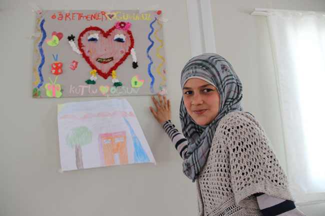 13 year-old Ala at the Child Friendly space in the Altınözü refugee camp in Hatay, Turkey. Ala loves to paint and read poems by the Lebanese poet Khalil Gibran. ©UNICEF/Turkey-2014/Yurtsever