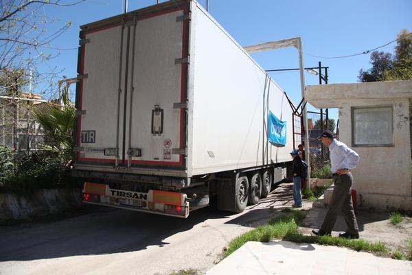 UNICEF trucks carrying aid cross the border from Nusaybin in Turkey, headed for Al-Qamishli in Syria.  As part of a United Nations humanitarian convoy, UNICEF is sent five trucks filled with blankets, and hygiene and water kits to Syria on March 22. © UNICEF/NYHQ2014-0314/Feyzioglu