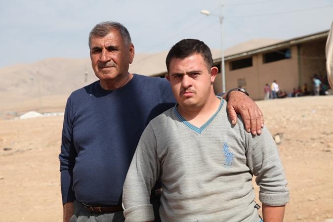 سليمان جورجيس (يسار) مع ابنه محمد في مخيم أربات للاجئين السوريين في السليمانية، شمال العراق