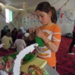 تشمل أنشطة المساحة الصديقة للأطفال الخياطة والرسم بالإضافة إلى الأعمال الدرامية