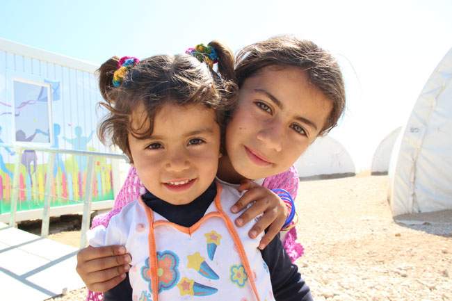 9- year old Razan (right) and her younger sister left Syria for Turkey more than a year ago. Their house, in Idlib, was destroyed in a bomb attack. © UNICEF/Turkey-2014/Yurtsever