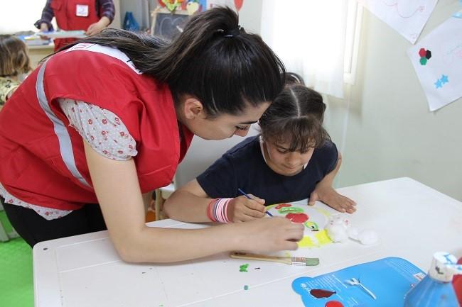 نور تحضر دائماً إلى مساحة اليونيسف الصديقة بالأطفال في مخيم إصلاحي. ©UNICEF/Turkey-2014/Yurtsever