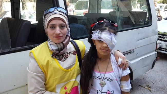 جودي (11 سنة) تتعافي من إصابة خطيرة بالرأس والعين بعد أن أصيبت بشظية قبل عام في حلب. أم جودي مزاز، تعمل في مجال الصحة العامة، وهي جزء من الفريق المتجول الذي يطعم الأطفال ضد مرض شلل الأطفال ©UNICEF/Syria-2014/Tiku