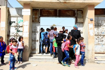 Mothers picking up their children from a school in Homs. ©UNICEF/2015/Syria/Omar Snadiki