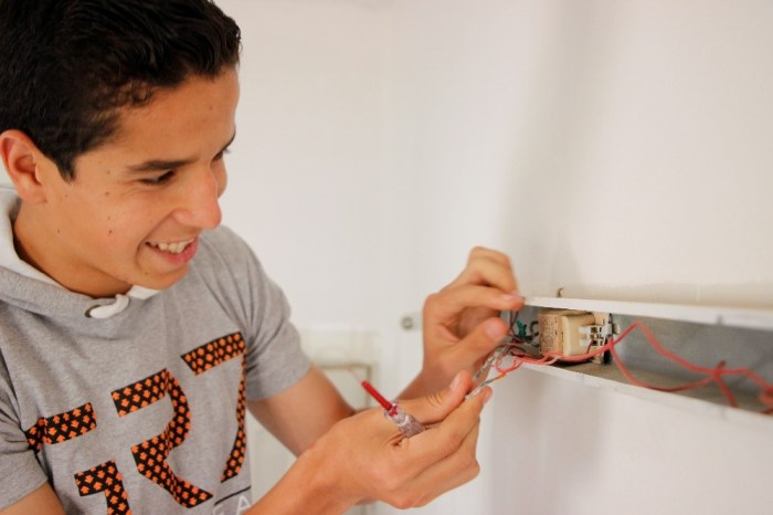 © UNICEF/2016/Kassem Mohammad, 18, repairs electrical wiring in his building, applying the skills he developed in an electronic repair workshop at a UNICEF-supported youth centre in Homs.