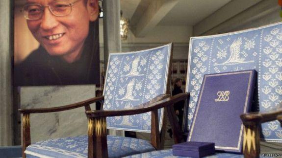 2010年诺贝尔和平奖颁奖典礼上,主办方把刘晓波的奖章和证书放在空椅子上。