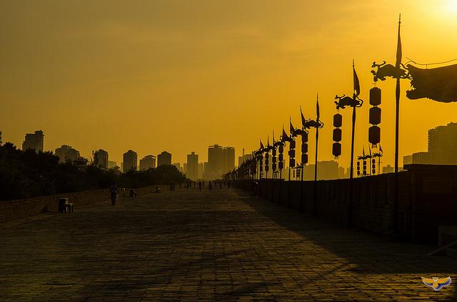 Sonnenuntergang auf der Stadtmauer von Xi'an