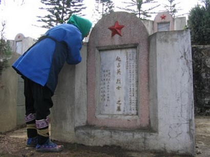 mom4 thumb Photo series: After 20 Years, Mother Sees Sons Tomb