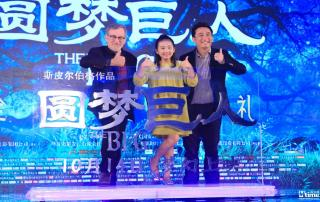 Director Steven Spielberg and dubbing performers Huang Lei and daughter Duoduo onstage at The BFG's Beijing premiere (Courtesy Mtime)