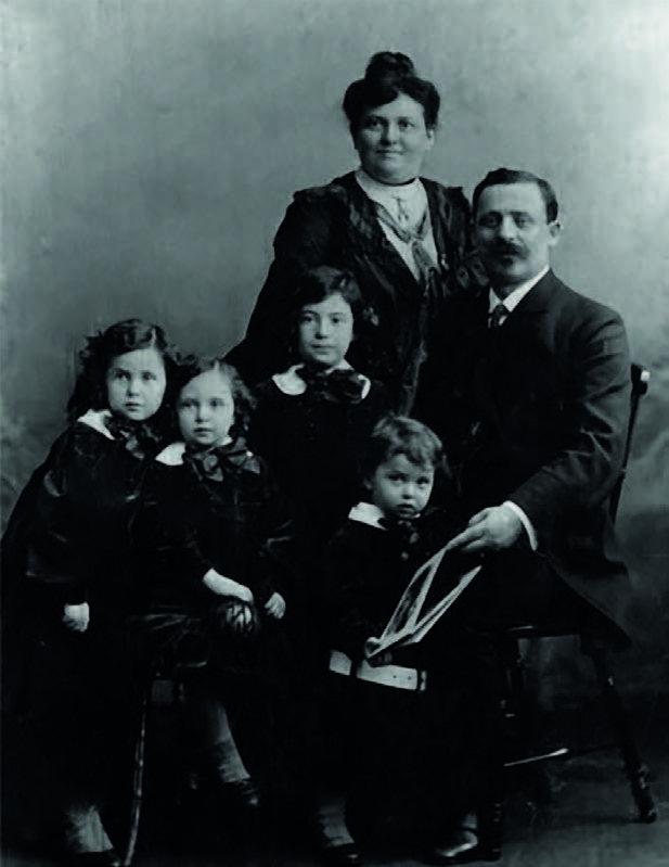 Família Klabin. Da esquerda para a direita: Jenny, Luisa, Mina e Emannuel. Bertha Obstand (em pé) e Maurício Klabin