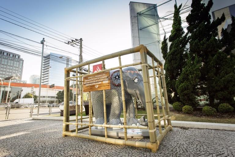 """Elefantes da Elephant Parade são """"enjaulados"""" em intervenção que arrecada verba para ONG"""