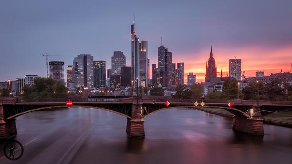 Skyline von Frankfurt an der Schönen Aussicht mit Abendrot