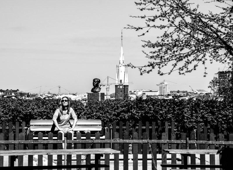 Kvinna i Ivar Lo-s park