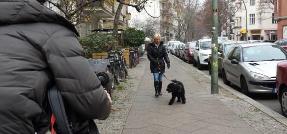 Drehsituation: Frau geht mit Hund spazieren