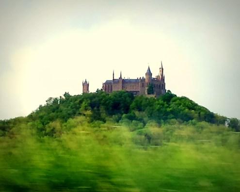 Hohenzollern-Burg aus dem Zugfenster fotografiert
