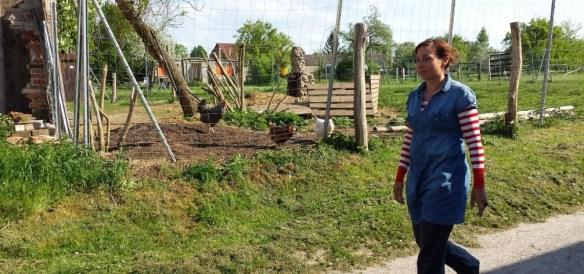 Juli Zeh läuft an einem Hühnerstall vorbei