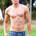 zac-shirtless1