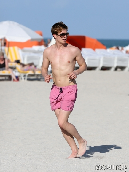Downton-Abbey-Ed-Speleers-Shirtless-Swim-Trunks-Miami-Florida-01132013-2-435x580