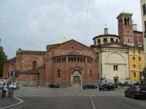 L'antica chiesa di S. Caterina, tra l'abside di S. Nazaro e il palazzetto giallo a destra (foto di Robert Ribaudo)