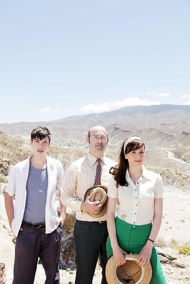 Armando Espitia, Javier Camara y Natalia de Molina en  'Vivir es fácil con los ojo cerrados'. Cortesía de Outsider Pictures.