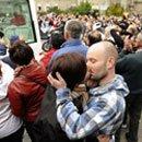 03. España: lesbianas y homosexuales se besan en acto de protesta durante recorrido del Papa en Barcelona