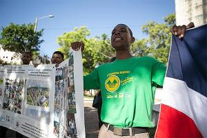 Villa Esfuerzo se moviliza frente al Palacio y envía carta al Presidente Medina