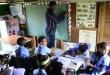 El maestro y los alumnos en la escuela de El Gramazo