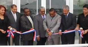 El corte de cinta que dio formal apertura a la oficina de SeNaSa en Santo Domingo Norte.