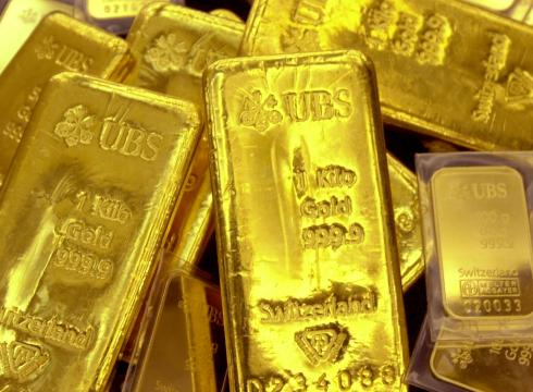 Gold-flirts-with-1700-an-ounce-wont-commit-8127B0VG-x-large