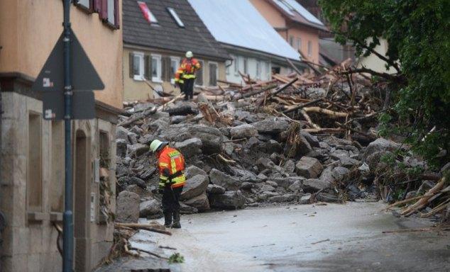 Schutt und Geröll liegen am 30.05.2016 in Braunsbach (Baden-Württemberg) auf einer Straße. Durch heftigen Regen sind zwei kleine Bäche über die Ufer getreten, Häuser und Autos wurden beschädigt. Foto: Franziska Kraufmann/dpa +++(c) dpa - Bildfunk+++