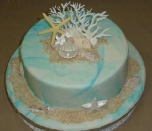 Torta decorada para boda con conchas y corales