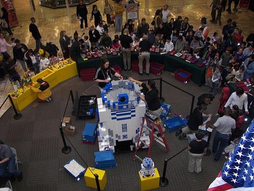 IMAGE: Giant LEGO R2