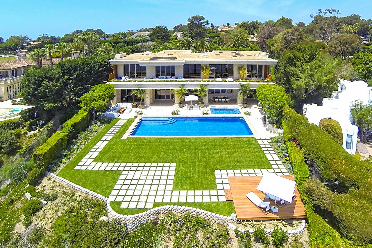 malibu-mansion-aerial-view-yard-pool-cococozy