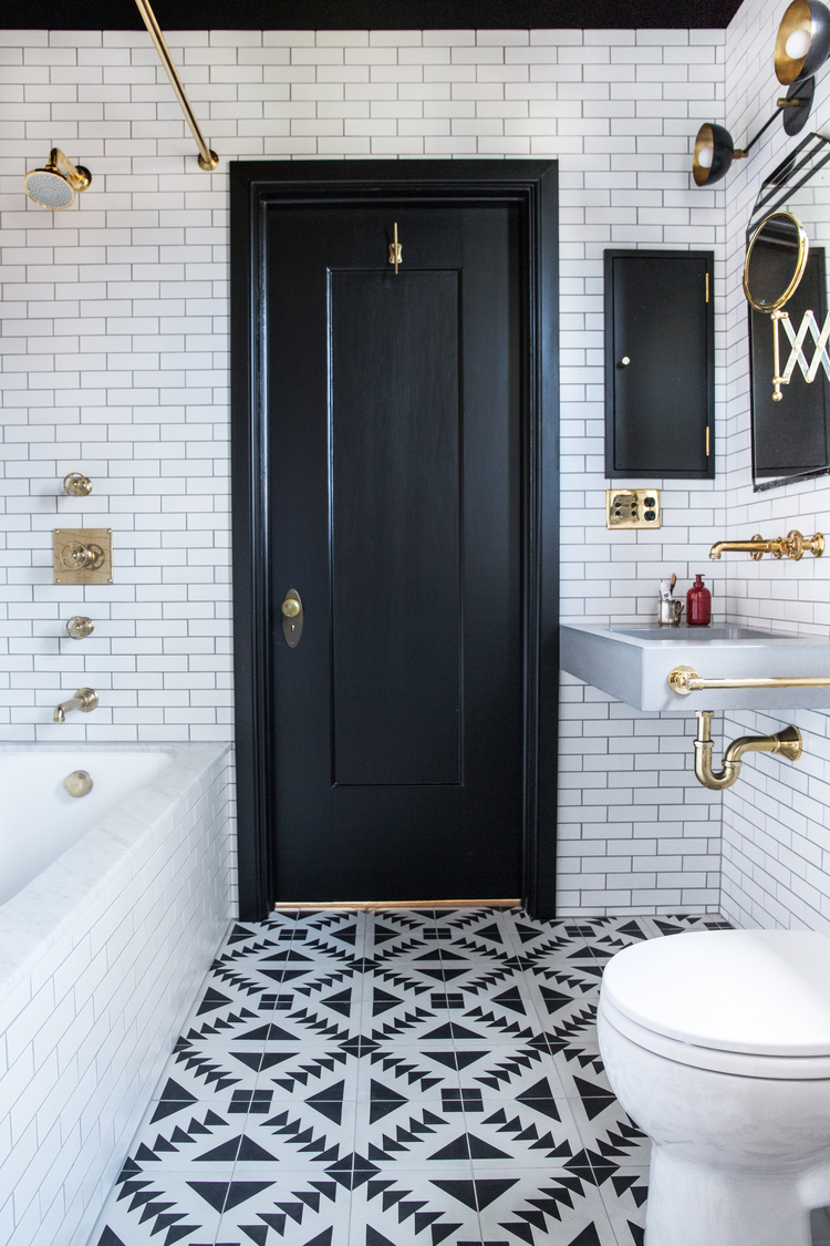 small-bathroom-black-white-brass-plumbing-fixtures-cococozy