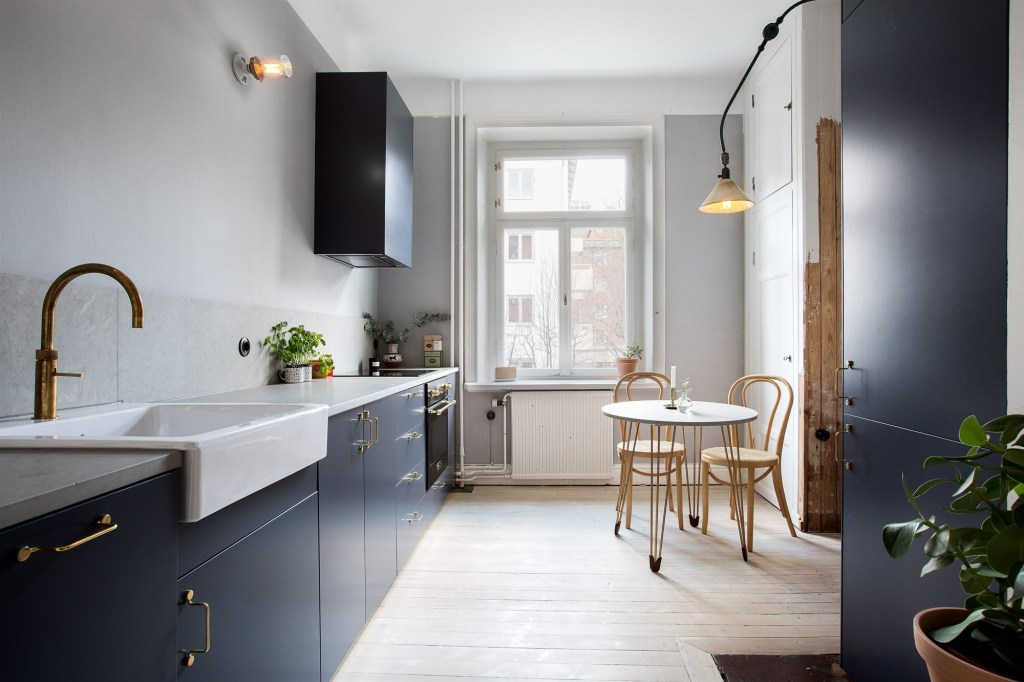 Blue kitchen with brass accents - via Coco Lapine Design blog