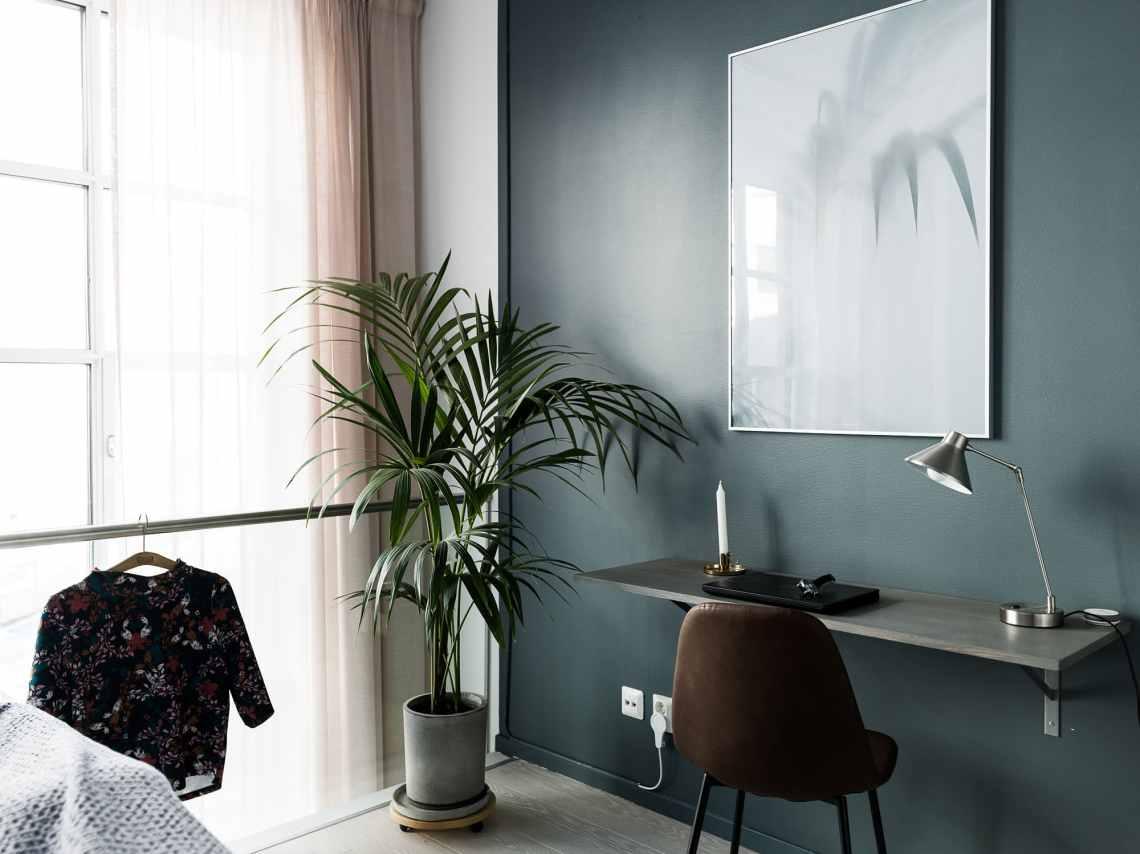 Bedroom with a small desk - via Coco Lapine Design blog