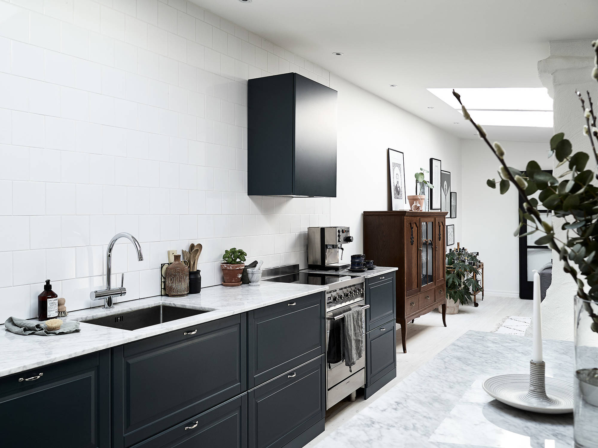 Petrol blue kitchen coco lapine designcoco lapine design for Galley kitchen without upper cabinets