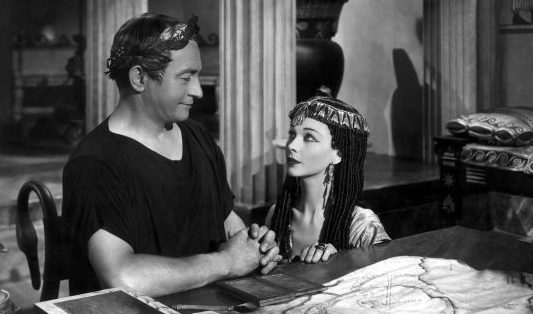 1945: Vivien Leigh (1913-1967) as Cleopatra and Claude Rains (1889-1967) as Julius Caesar in the Two Cities/Rank film adaptation of Bernard Shaw's play 'Caesar And Cleopatra', directed by Gabriel Pascal.