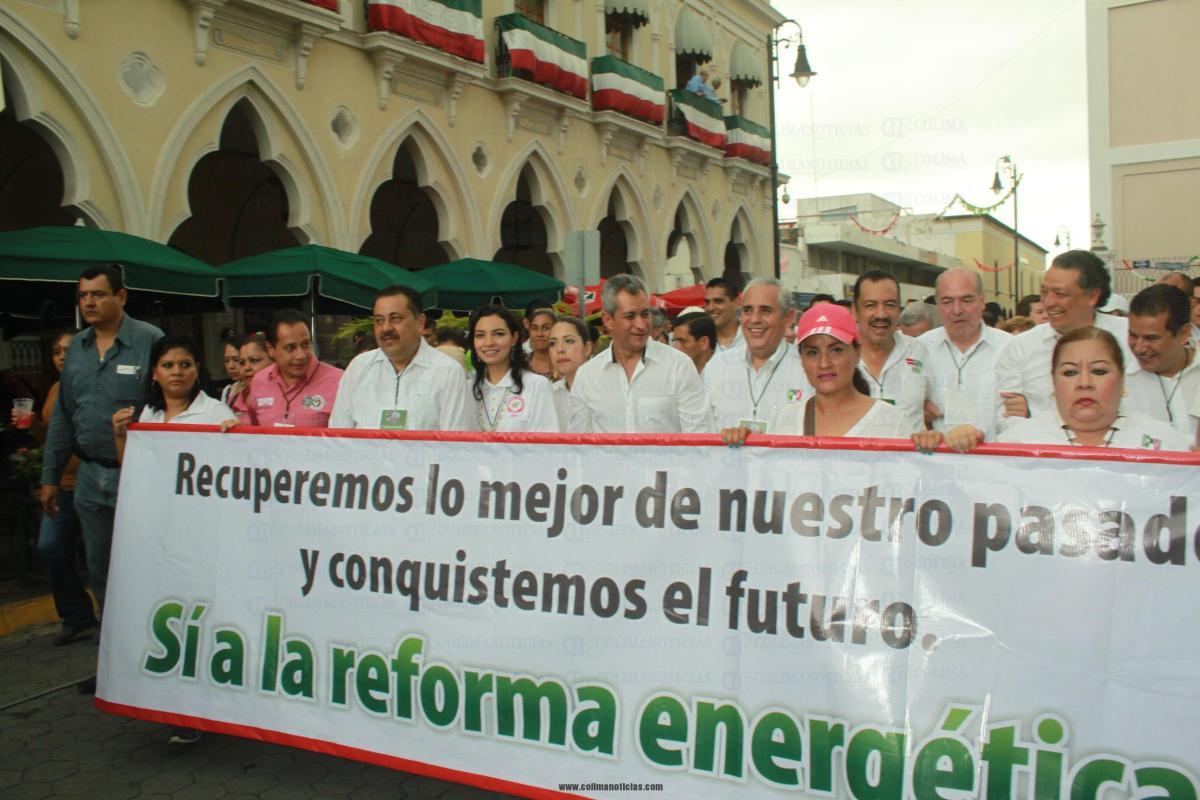 Marchan miles de colimenses a favor de las reformas de Peña Nieto