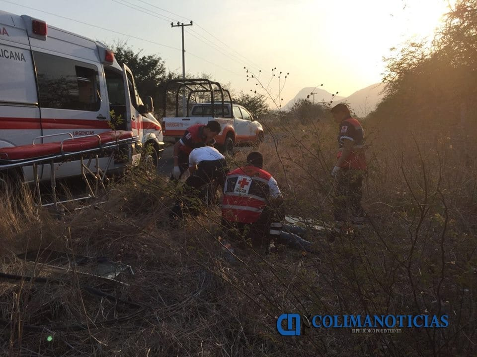 Conductor de camioneta se encuentra grave tras volcadura