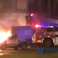 Persecución policiaca por camioneta robada, choca y se incendia; se reporta un herido de bala
