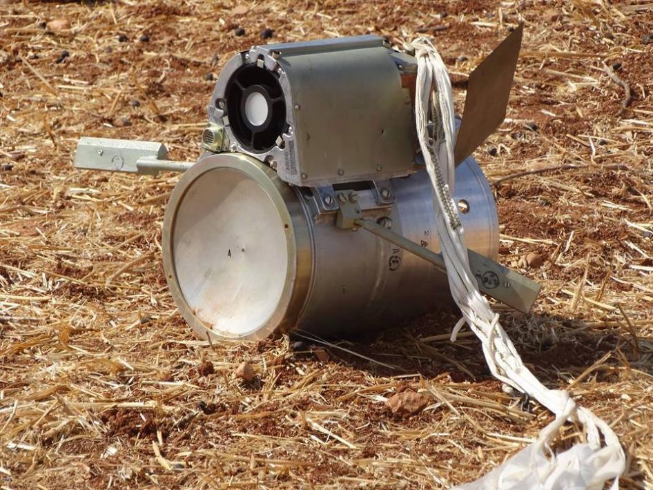 Submunición SPBE de fabricación rusa encontrada en el campo cerca del poblado Kafr Halab, Siria, 6 de octubre de 2015 © 2015 Shaam News Network