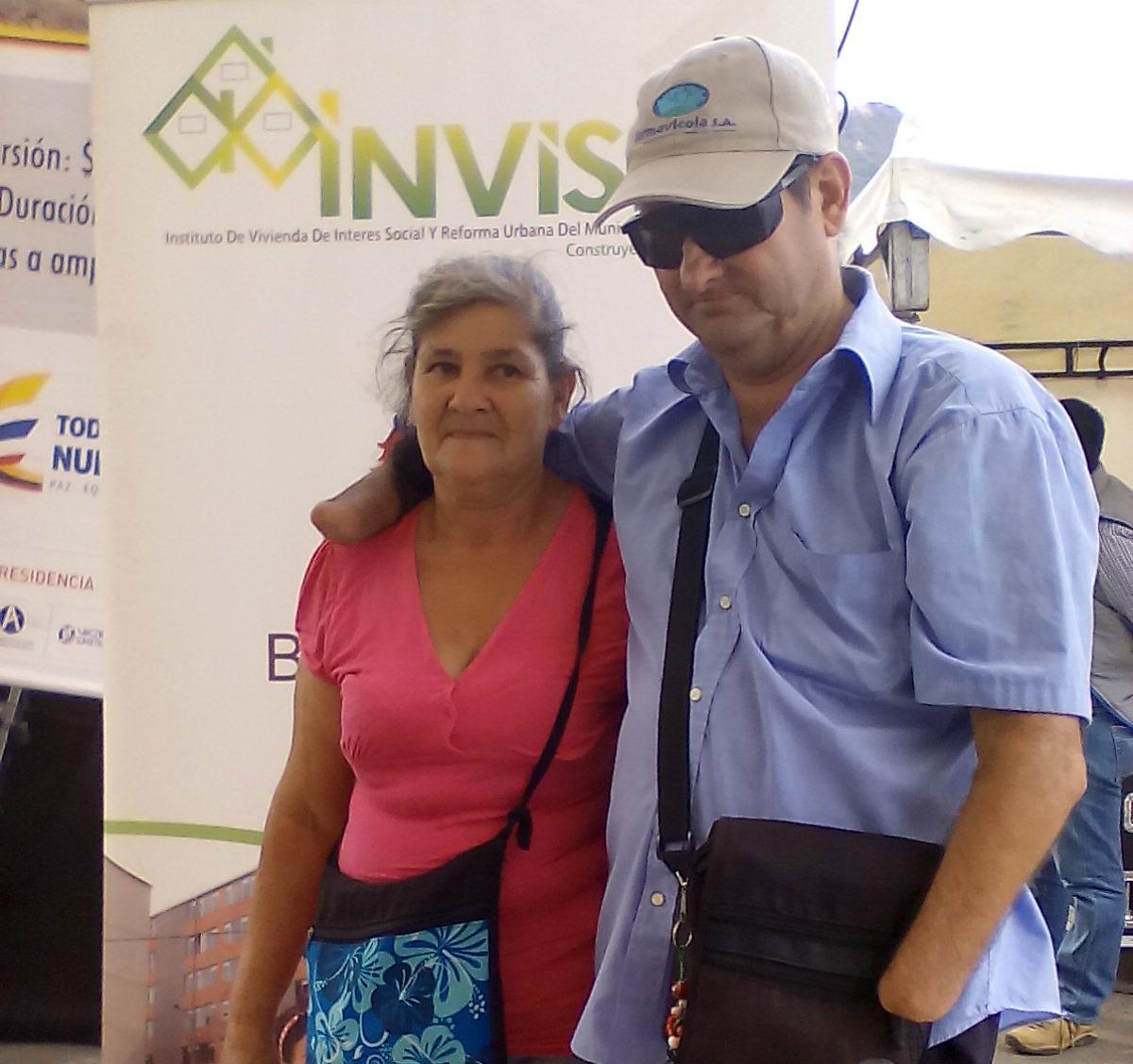 Heriberto Prada, sobreviviente de mina antipersonal, con su hermana durante la ceremonia de entrega de las viviendas de interés social La Inmaculada en Bucaramanga (Santander)