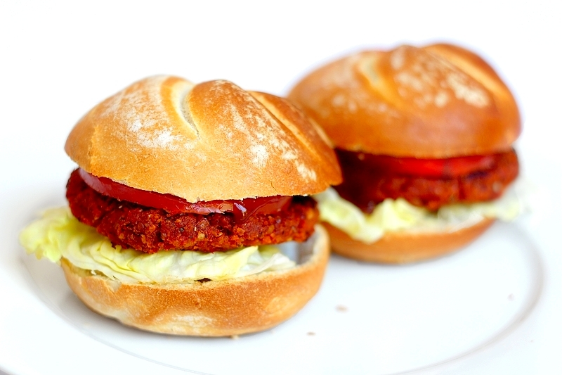 Recept: Vier Internationale Hamburgerdag met een vegan tomatenburger!