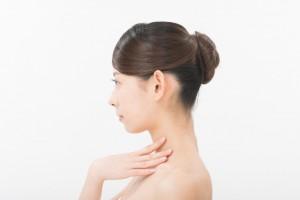 二重あごと首のたるみの要因とスッキリさせる方法