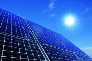 Monokristalline Solarmodule vor sonnigem Himmel