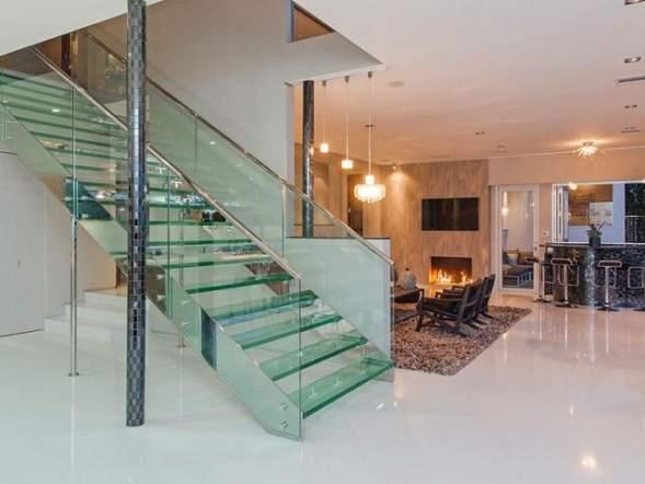 escada de vidro moderna na sala de estar