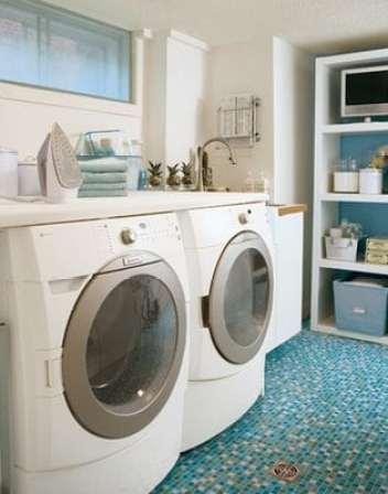 Essa outra ideia de lavanderia, que encontrei no Ôh decasa, é um amor de lavanderia! Com pastilhas azuis no piso e móveis simples e eficientes.