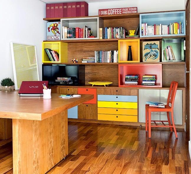 home-office-com-estante-colorida